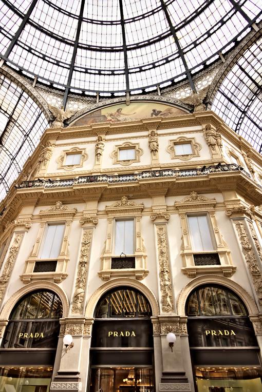 Prada shop at the Galleria Vittorio Emanuele II in Milan. Città italiane.