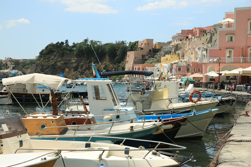 Procida Corricella. Boats anchored in the port of Corricella on the Island of Procid - MyVideoimage.com | Foto stock & Video footage