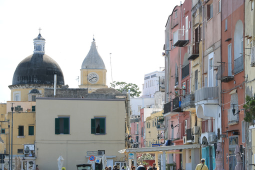 Procida Napoli. Village of Procida, Mediterranean Sea, near Naples. The characteristic houses with colored facades. - MyVideoimage.com | Foto stock & Video footage