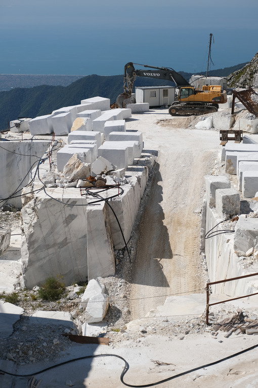 Quarry. Large white marble quarry with blue sky background. - MyVideoimage.com | Foto stock & Video footage
