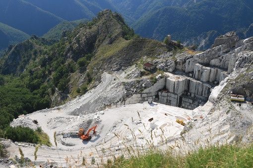 Quarry. Quarry of white marble. The precious white marble. Cave marmo - MyVideoimage.com | Foto stock & Video footage