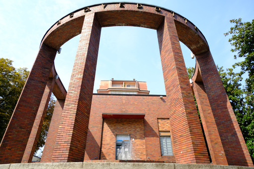 Rationalist pavilion with brick colonnade. - MyVideoimage.com | Foto stock & Video footage
