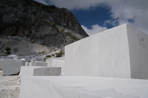 Raw marble blocks. Blocks of white Carrara marble deposited in a square near the quarries. Stock photos. - MyVideoimage.com | Foto stock & Video footage