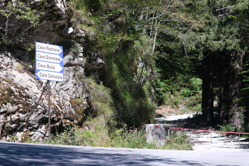 Road signs. Road to the marble quarries of the Apuan Alps. - MyVideoimage.com | Foto stock & Video footage