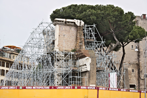 Rome. Scaffolding to support ancient Roman walls. Cantieri edili. - LEphotoart.com