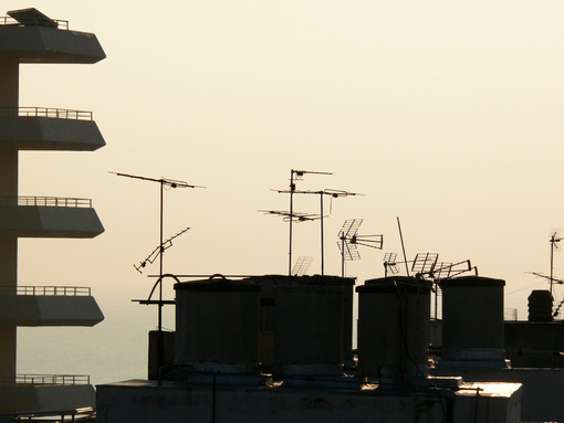 Rooftops of Torremolinos. Rooftop television antennas - MyVideoimage.com | Foto stock & Video footage