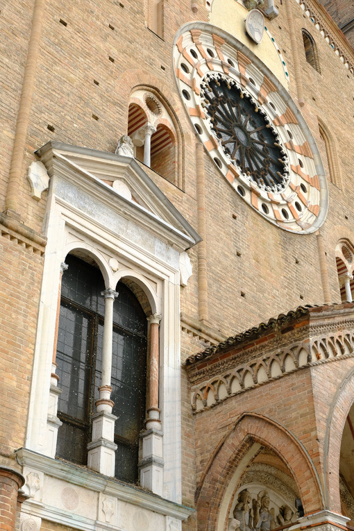 Rose window and windows of the cathedral of lodi. - MyVideoimage.com | Foto stock & Video footage