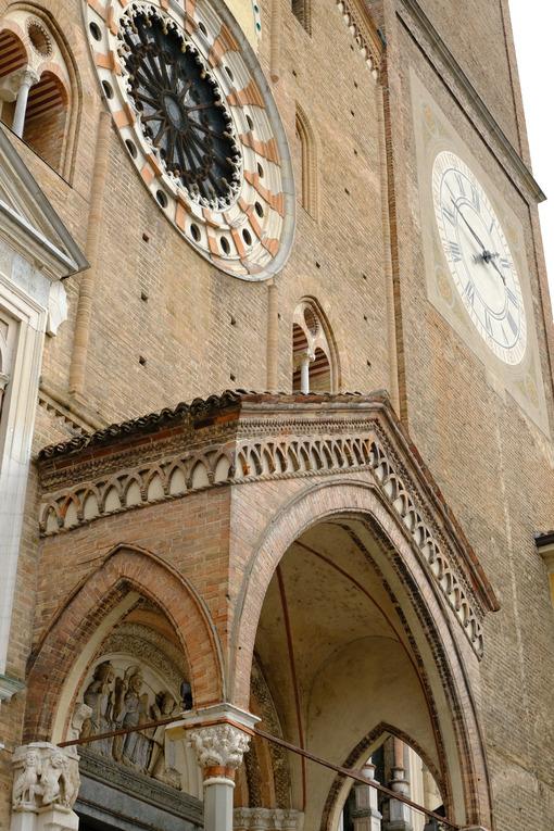 Rosone del duomo di Lodi. Rose window and windows of the cathedral of lodi. Foto stock royalty free. - MyVideoimage.com | Foto stock & Video footage