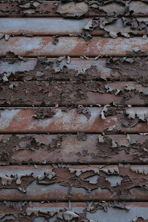 Saracinesca arruginita. Peeled paint on a rusty shutter. This photo shows the paint peeling off the iron slats of a shutter. - MyVideoimage.com   Foto stock & Video footage