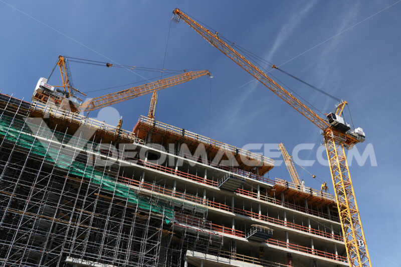 Scaffolding and cranes on a building site. Cantieri edili. - LEphotoart.com