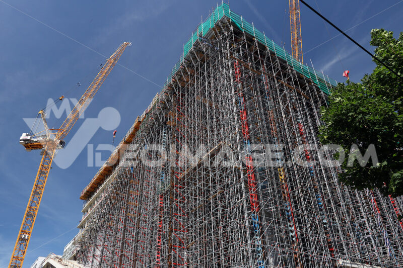 Scaffolding and cranes on a building site. Photo stock Royalty free - LEphotoart.com