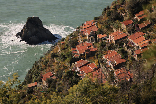 Schiara village seen from above. Near the Cinque Terre, La Spezia. Scoglio del Ferale and stormy sea. - LEphotoart.com