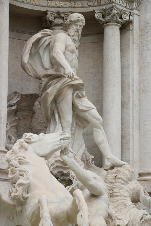 Sculture barocche. Trevi Fountain with baroque sculptures in travertine marble. - MyVideoimage.com | Foto stock & Video footage