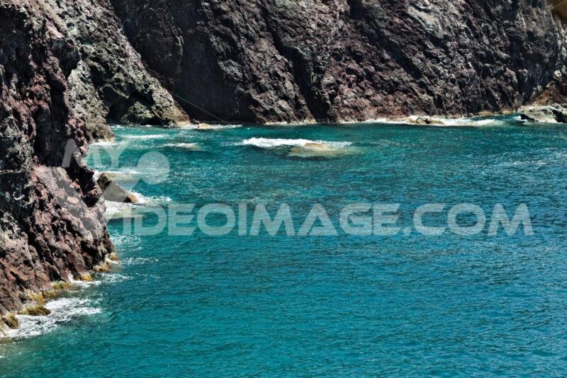 Sea waves break on the rocks of the Ligurian mountain. Foto sfondo mare. - MyVideoimage.com