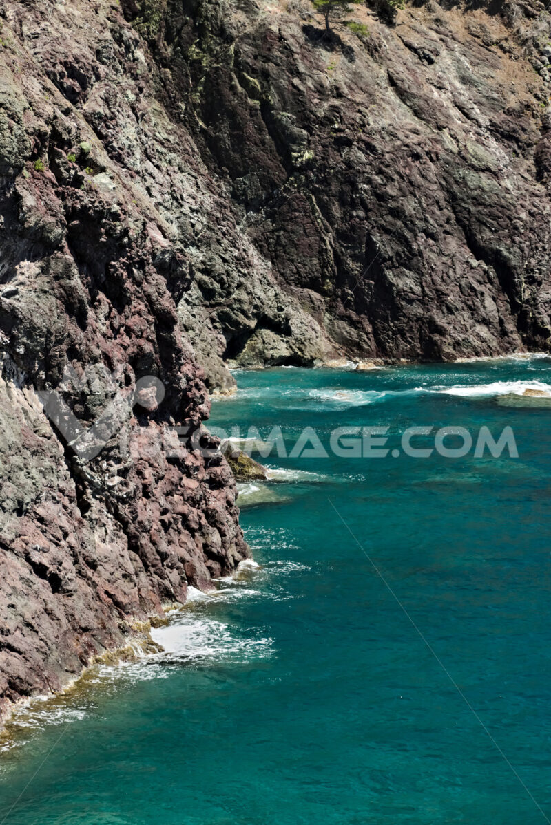 Sea waves break on the rocks of the Ligurian mountain.  Sfondo mare. - MyVideoimage.com