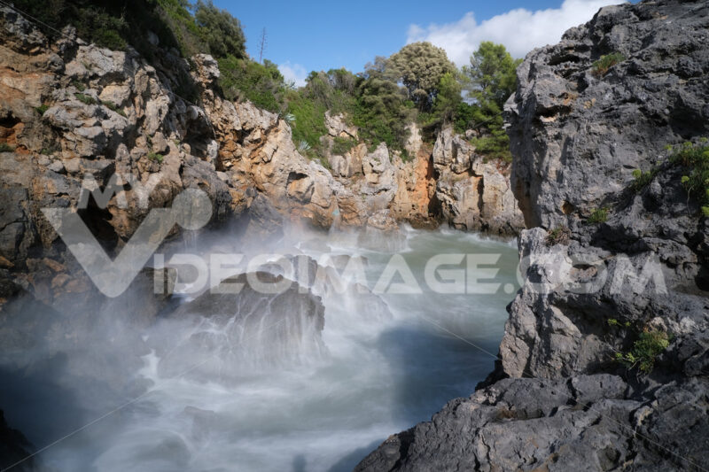 Sea waves in a small bay surrounded by rocks. The Ligurian Sea, near La Spezia. - MyVideoimage.com | Foto stock & Video footage