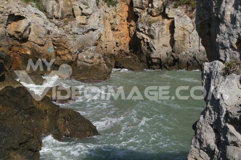 Sea waves in a small bay surrounded by rocks. The Ligurian Sea, near La Spezia. - MyVideoimage.com | Foto stock & Video footage
