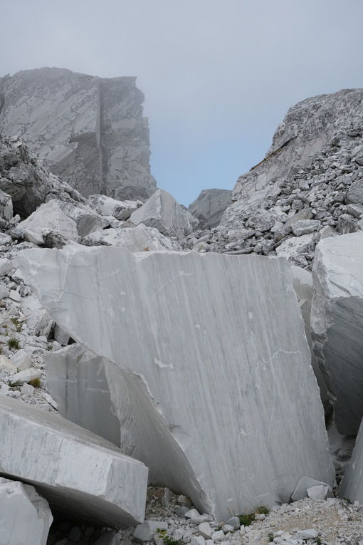 Shapeless blocks. Blocks and debris in a white marble quarry. Stock photos. - MyVideoimage.com | Foto stock & Video footage