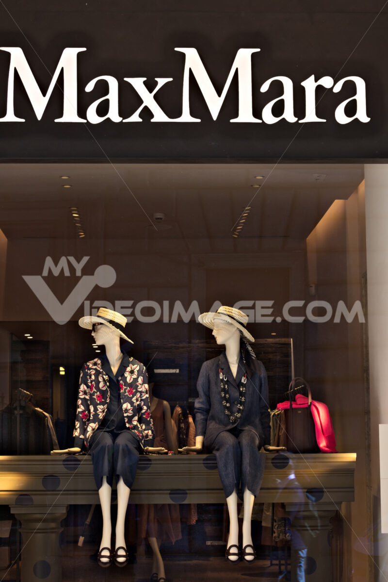 Showcase of the Max Mara store in Via Condotti. - MyVideoimage.com