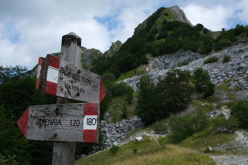 Signs on the trail. Arrows on a pole indicating the mountain paths of the Apuan Alps. Stock photos. - MyVideoimage.com | Foto stock & Video footage