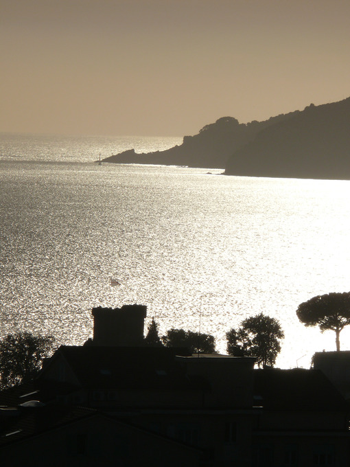 Silhouette of the castle of Lerici at sunset. Sky with clouds and sea of gold color. Sfondo mare. Sea pictures - MyVideoimage.com