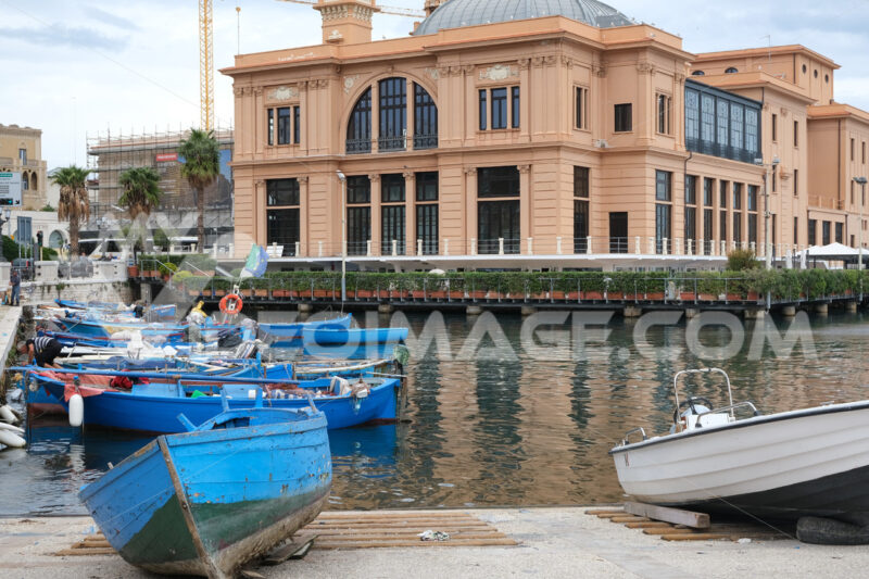 Small fishing boats in the port of Bari. In the background the Margherita Theater. Foto Bari photo.