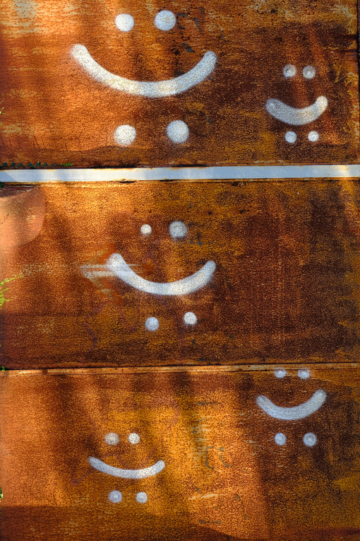 Smiley faces. Smiley faces on rusty sheet metal. Stock photos. - MyVideoimage.com | Foto stock & Video footage