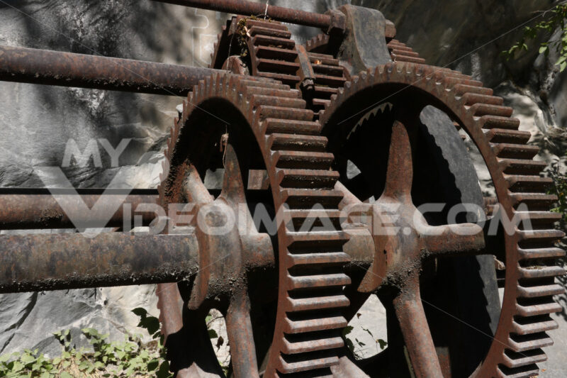 Steel gears. Steel gears of an old winch used for steel cables in a marble quarry in the Apuane Alps. - MyVideoimage.com | Foto stock & Video footage