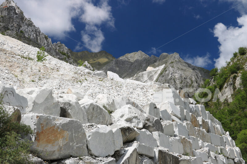 Steep mountain road. Carrara. White Carrara marble quarries near Colonnata. A steep street. Cave marmo. - MyVideoimage.com | Foto stock & Video footage