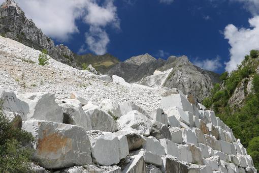 Steep mountain road. Carrara. White Carrara marble quarries near Colonnata. A steep street. Cave marmo. - MyVideoimage.com | Foto stock & Video footage