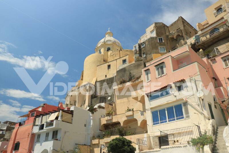Stile mediterraneo. Village of Marina Corricella, Procida Island, Mediterranean Sea, near Naples. Colorful houses in the fishing village and boats anchored in the harbor. - MyVideoimage.com | Foto stock & Video footage