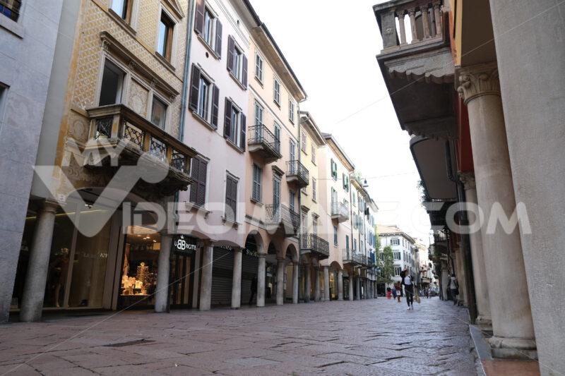 Strada Varese. Pedestrian street with arcades. Corso Giacomo Matteotti in Varese. - MyVideoimage.com | Foto stock & Video footage