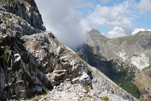 Strada di montagna. Apuan Alps landscape with marble quarries and clouds. Foto stock royalty free. - MyVideoimage.com | Foto stock & Video footage