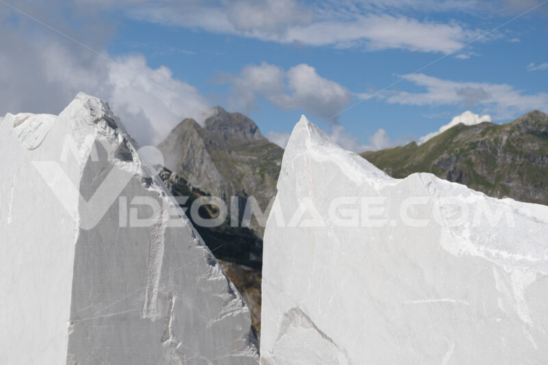 Strada di montagna. White marble with landscape of the Apuan Alps in the marble quarries. - MyVideoimage.com | Foto stock & Video footage