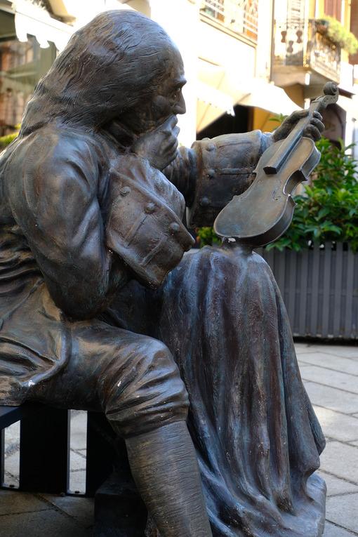 Stradivari in Cremona, fiberglass sculpture. - MyVideoimage.com | Foto stock & Video footage