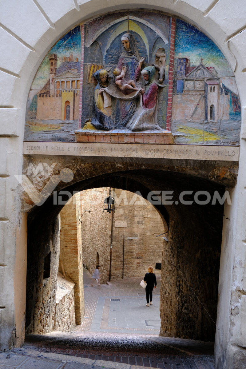 Street with arch and decoration that leads to the birthplace of St. Francis of Assisi. - MyVideoimage.com | Foto stock & Video footage