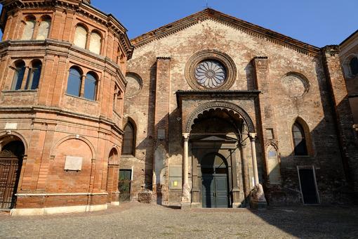 Superfetazione in una chiesa. Romanesque brick church. Foto stock royalty free. - MyVideoimage.com | Foto stock & Video footage