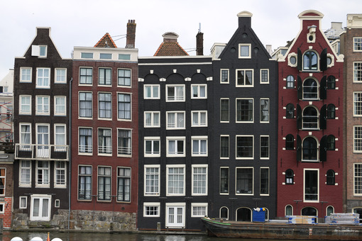 Terraced houses typical of the city of Amsterdam. Sloping facade - MyVideoimage.com