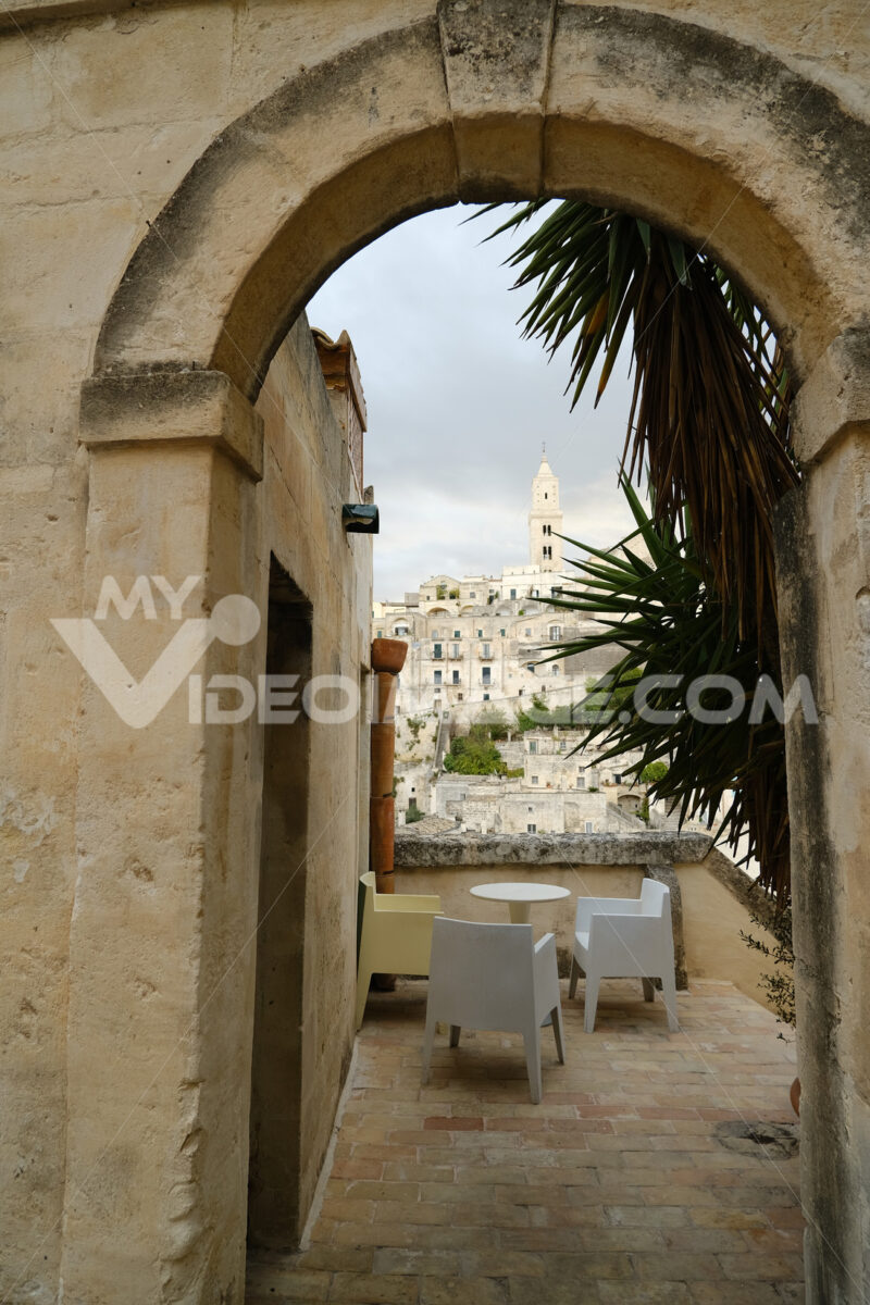 Terrazza Hotel terrace and courtyard with sofas, chairs and tables overlooking the city. Matera foto - MyVideoimage.com | Foto stock & Video footage