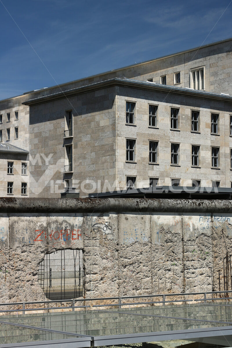 The Berlin Wall with the background of old buildings in West Berlin. Foto Berlino.