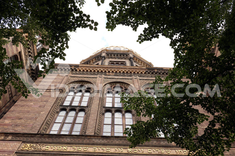 The front of the Berlin synagogue - MyVideoimage.com