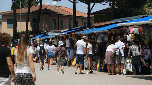 Tourist market in the city of Pisa. In the stalls, visitors buy - MyVideoimage.com