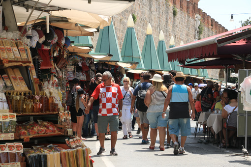 Tourist market in the city of Pisa. In the stalls, visitors buy souvenirs. Photo stock royalty free. - LEphotoart.com
