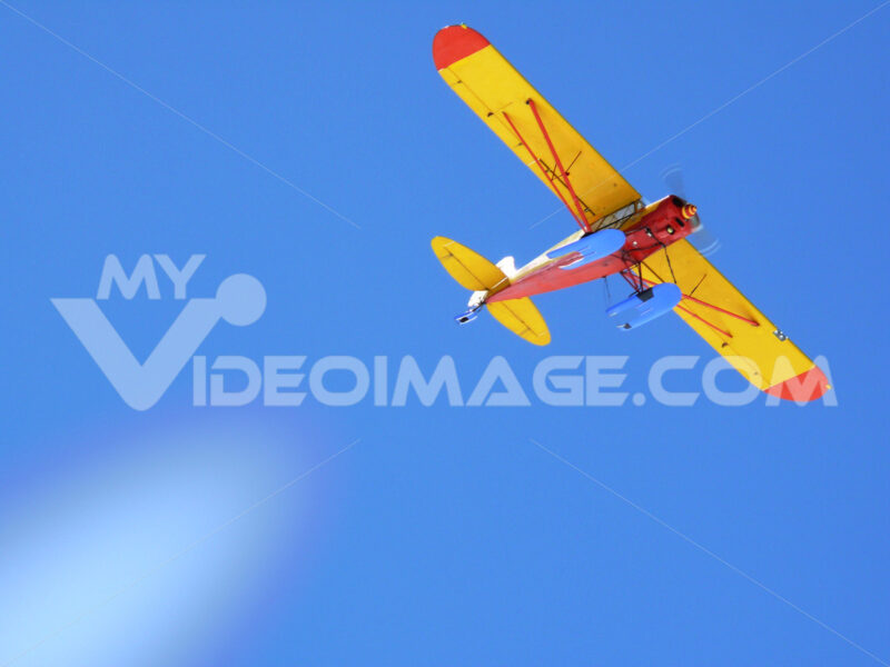 Tourist plane in the blue sky. Foto aereo. Airplane photos