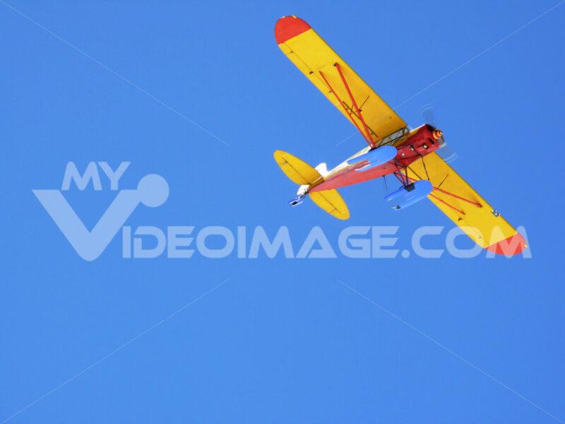 Tourist plane in the blue sky. Foto aereo. Airplane photos