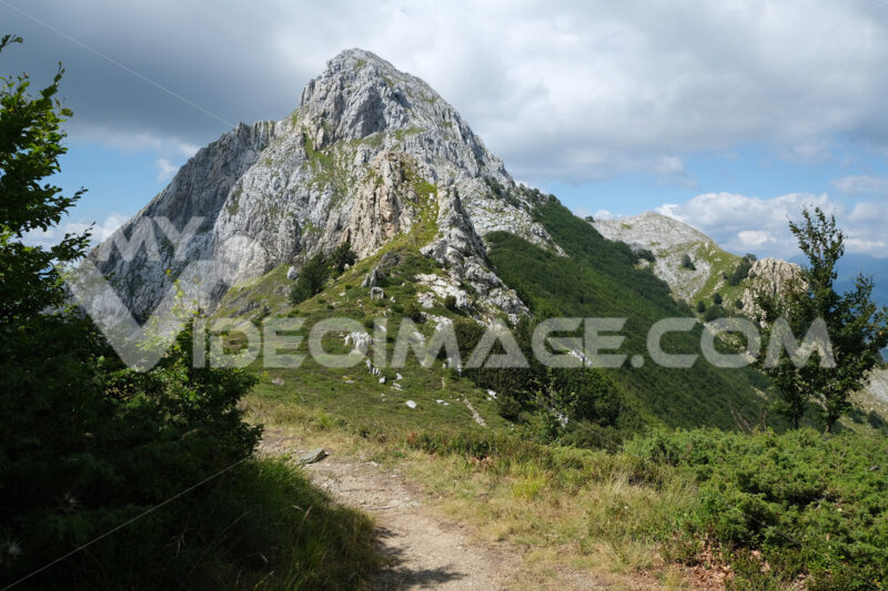 Trail in the mountains. Trail on the top of a mountain in the Apuan Alps in Tuscany. Stock photos. - MyVideoimage.com | Foto stock & Video footage