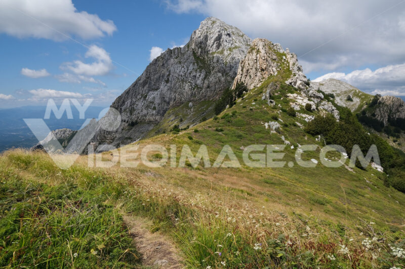 Trail on the mountain. Clouds on top of a mountain in the Apuan Alps in Tuscany. Stock photos. - MyVideoimage.com | Foto stock & Video footage
