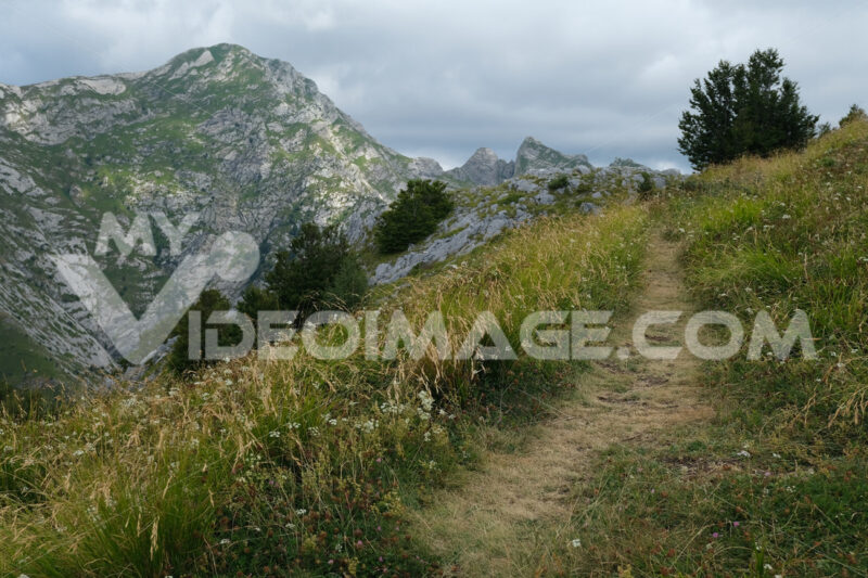 Trail on the top of a mountain in the Apuan Alps in Tuscany. - MyVideoimage.com | Foto stock & Video footage
