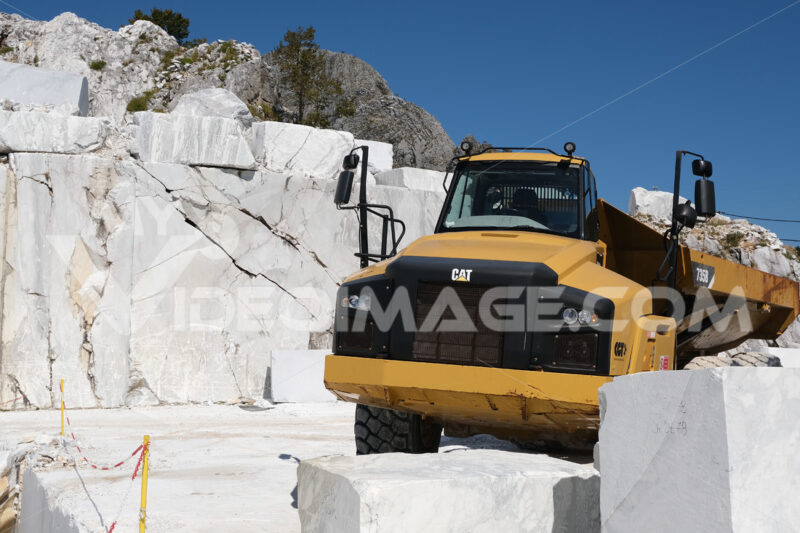 Truck in the quarry. Big yellow truck in a white marble quarry in the Apuan Alps. - MyVideoimage.com | Foto stock & Video footage