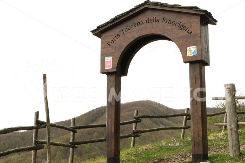 Tuscany door. Tuscan gate of the Via Francigena to the Cisa Pass. Stock photos. - MyVideoimage.com | Foto stock & Video footage